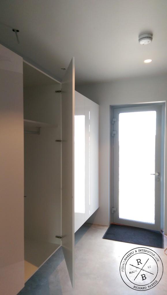 Hangende garderobe kast bij entree MadebyRB